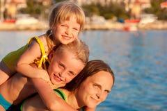 Família feliz pelo mar Foto de Stock Royalty Free