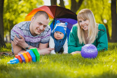 A família feliz plaing no parque Fotografia de Stock
