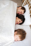 Família feliz que abraça e que dorme. Imagens de Stock