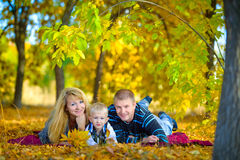 Família feliz que anda na natureza do outono Fotos de Stock Royalty Free