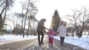 Família feliz que anda na rua junto vídeos de arquivo