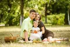 Família feliz que anda no parque Imagem de Stock