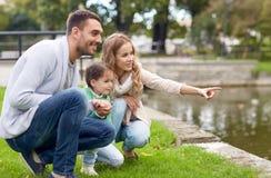 Família feliz que anda no parque do verão Imagem de Stock Royalty Free