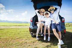 Família feliz que aprecia férias da viagem por estrada e de verão