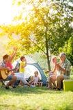 Família feliz que aprecia no dia de verão imagem de stock royalty free