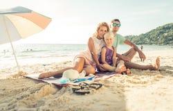 Família feliz que aprecia o tempo na praia fotos de stock