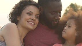 Família feliz que aprecia passando o tempo junto, relações mornas, uma comunicação video estoque