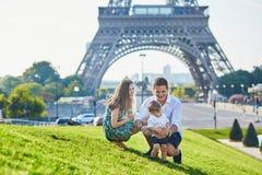 Família feliz que aprecia suas férias em Paris, França imagens de stock