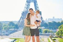 Família feliz que aprecia suas férias em Paris, França foto de stock royalty free