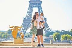 Família feliz que aprecia suas férias em Paris, França imagens de stock royalty free
