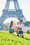 Família feliz que aprecia suas férias em Paris, França foto de stock