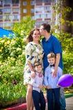 Família feliz que aprecia a vida junto no prado exterior Fotografia de Stock