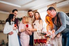 Família feliz que comemora Fotografia de Stock