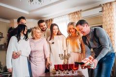 Família feliz que comemora Foto de Stock Royalty Free