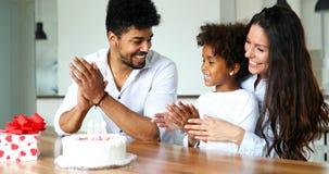 Família feliz que comemora o aniversário de sua criança foto de stock