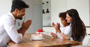 Família feliz que comemora o aniversário de sua criança fotografia de stock