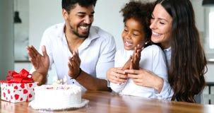 Família feliz que comemora o aniversário de sua criança fotografia de stock royalty free