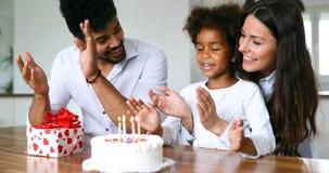 Família feliz que comemora o aniversário de sua criança fotos de stock