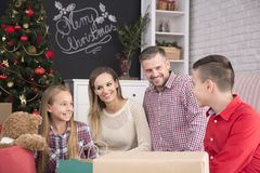 Família feliz que comemora o Natal fotos de stock