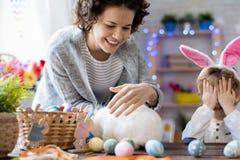 Família feliz que comemora a Páscoa imagens de stock royalty free