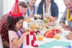 Família feliz que comemora um aniversário fotos de stock royalty free