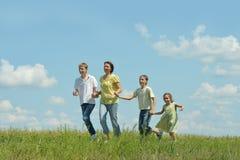 Família feliz que corre fora Fotografia de Stock