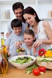Família feliz que cozinha junto Fotos de Stock Royalty Free