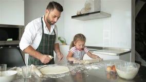 Família feliz que cozinha junto Cozimento novo da filha de Is Helping Her do pai video estoque