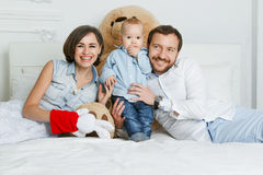 Família feliz que encontra-se na cama Fotos de Stock