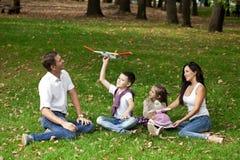 Família feliz que encontra-se para baixo no jardim fotos de stock royalty free