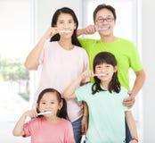 Família feliz que escova seus dentes Imagens de Stock