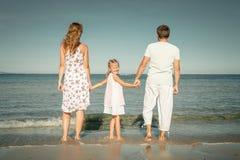 Família feliz que está na praia Imagens de Stock Royalty Free