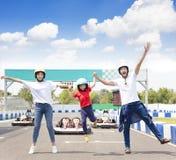 Família feliz que está no autódromo do kart ir fotografia de stock