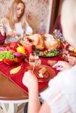 Família feliz que janta no Natal em um fundo festivo borrado Comemorando o conceito da ação de graças Ano novo feliz Foto de Stock Royalty Free
