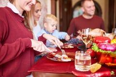 Família feliz que janta no Natal em um fundo festivo borrado Comemorando o conceito da ação de graças Ano novo feliz Fotos de Stock Royalty Free