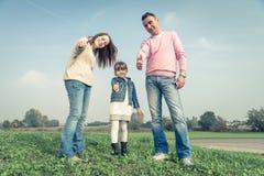 Família feliz que joga ao ar livre imagens de stock