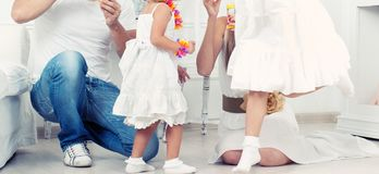 Família feliz que joga dentro no assoalho fotografia de stock royalty free