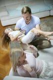 Família feliz que joga em casa Fotos de Stock