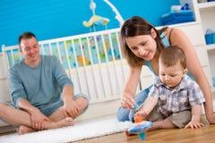 Família feliz que joga em casa Foto de Stock Royalty Free
