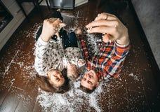 Família feliz que joga junto no assoalho Imagens de Stock