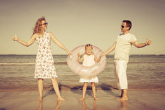 Família feliz que joga na praia Fotografia de Stock