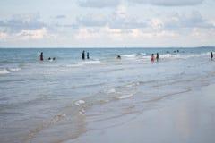 Família feliz que joga no mar Foto de Stock