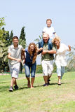 Família feliz que joga no parque foto de stock royalty free