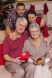 Família feliz que levanta com presentes Fotos de Stock