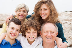 Família feliz que levanta junto fotografia de stock royalty free
