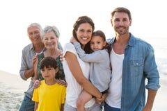 Família feliz que levanta na praia fotos de stock royalty free