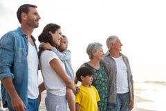 Família feliz que levanta na praia foto de stock royalty free