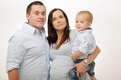 Família feliz que levanta no fundo branco. Imagens de Stock Royalty Free