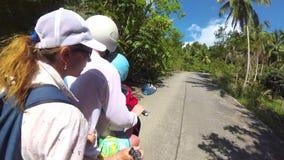 Família feliz que monta uma motocicleta nos trópicos Um dia ensolarado brilhante Phangan, Tailândia video estoque