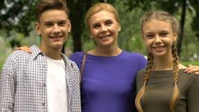 Família feliz que mostra os polegares acima, mãe que envia adolescentes ao programa da troca do estudante filme